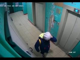 🚪 В Бирюлёво девочка дёрнула ручку железной двери,...